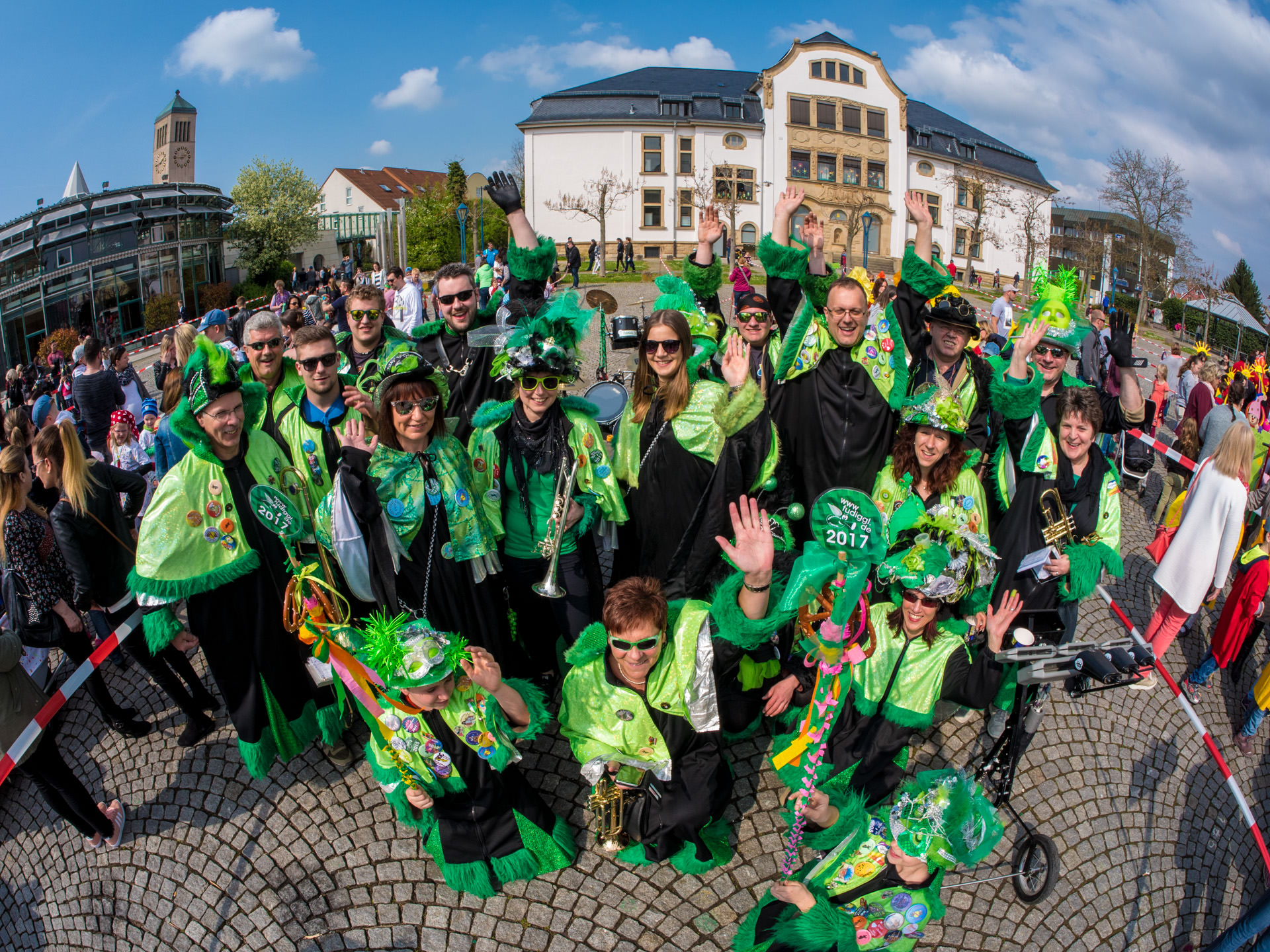 Fudiggl-Gruppenfoto auf dem Marktplatz in Hockenheim beim Sommertagsumzug 2017
